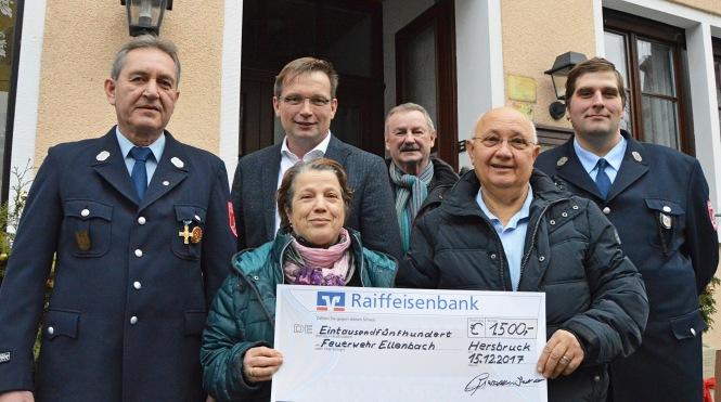 Übergabe der Spende für den neuen Defibrillator vor der Pizzeria Francesco in Hersbruck.