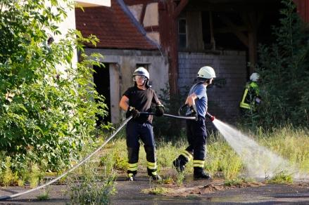 Mit Wasser schreckten die Feuerwehrleute die Randalierer ab, sodass die Helfer schnell zu den Verletzten gelangen konnten.